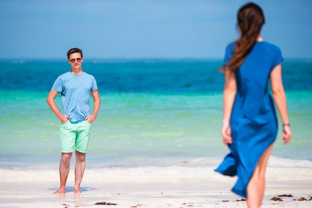 Junge familie am weißen strand Premium Fotos