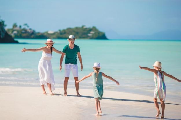 Junge familie im urlaub haben viel spaß Premium Fotos