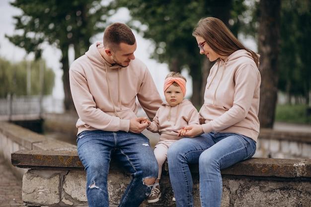 Junge familie mit ihrem kleinen babykind im park Kostenlose Fotos