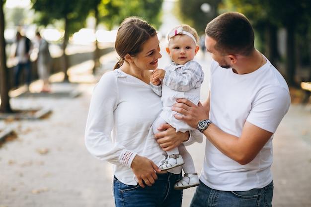 Junge familie mit ihrer kleinen tochter im herbstpark Kostenlose Fotos
