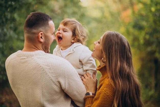 Junge familie mit kindern im herbstpark Kostenlose Fotos