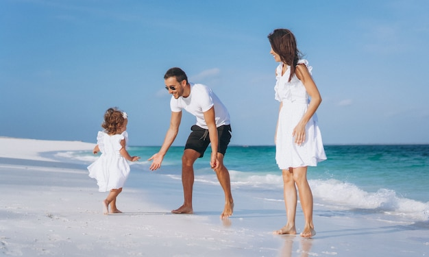 Junge familie mit kleinem daugher auf ferien durch den ozean Kostenlose Fotos