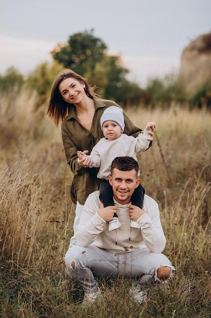 Junge familie mit kleinem sohn, der spaß zusammen hat Kostenlose Fotos