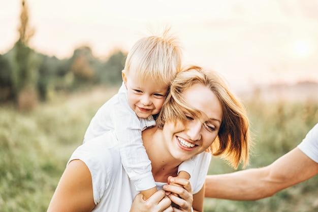 Junge familie mit kleinem sohn hat spaß im freien Premium Fotos