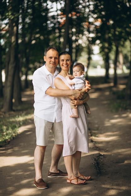 Junge familie mit kleinem sohn im park Kostenlose Fotos