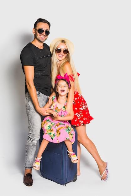 Junge familie mit koffer Kostenlose Fotos