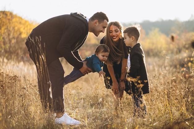 Junge familie mit zwei söhnen zusammen im park Kostenlose Fotos