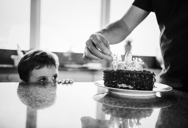 Junge feiert seinen geburtstag mit einem kuchen Kostenlose Fotos