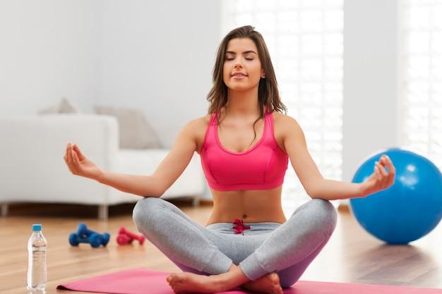 Junge fitte frau, die yogaübung macht Kostenlose Fotos
