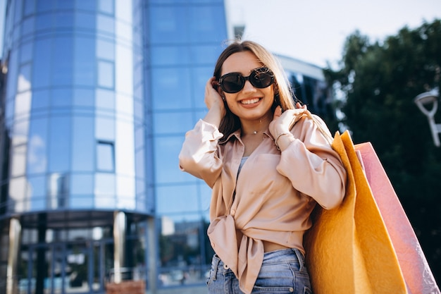 Junge frau am einkaufszentrum Kostenlose Fotos