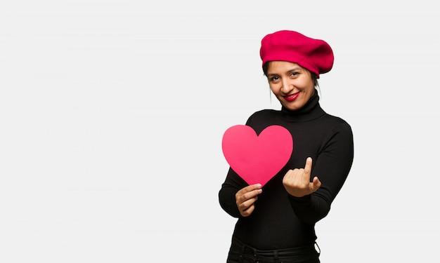 Junge frau am valentinsgrußtag einladend zu kommen Premium Fotos