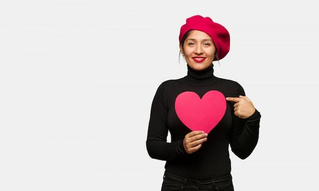 Junge frau am valentinsgrußtag überrascht, fühlt sich erfolgreich und wohlhabend Premium Fotos