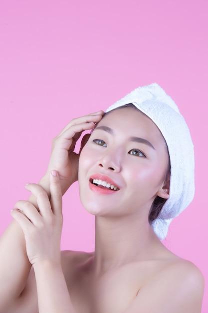 Junge frau asien mit sauberer neuer hautnote besitzen gesicht, ausdrucksvolle gesichtsausdrücke, cosmetology und badekurort. Kostenlose Fotos