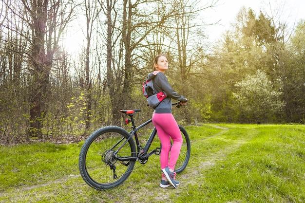Junge frau auf einem ausflug mit dem fahrrad Kostenlose Fotos