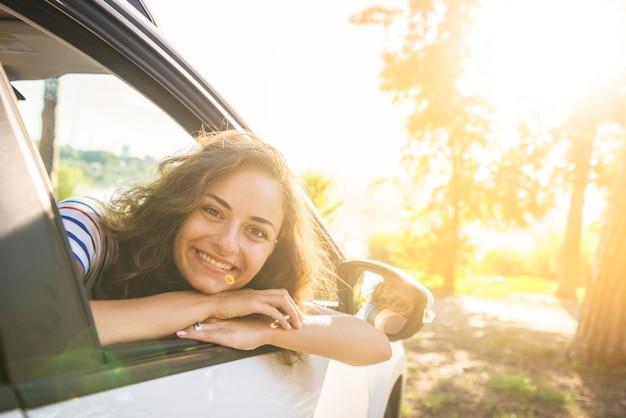 Junge frau auf einer autofahrt Kostenlose Fotos