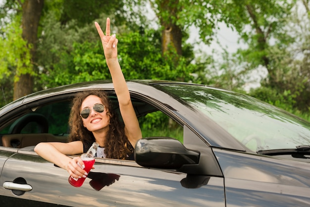Junge frau auf einer reise in einem auto Kostenlose Fotos