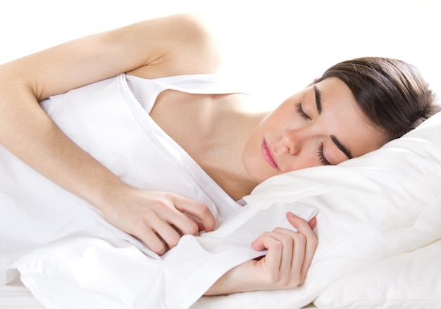 Junge frau auf weißem isoliert sleeping Kostenlose Fotos