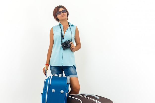 Junge frau bereit, mit kamera, papierkarte und koffer feiertag zu machen. Premium Fotos