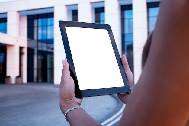 Junge frau demonstriert den bildschirm weiße bildschirmtablette Premium Fotos