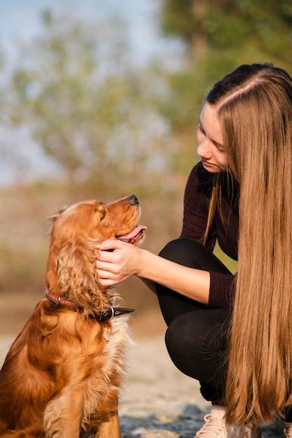 Junge frau der nahaufnahme in liebe mit ihrem hund Kostenlose Fotos