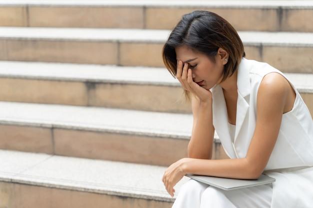 Junge frau der traurigkeit, die auf der treppe schreit Kostenlose Fotos