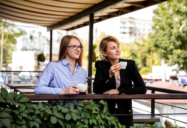 Junge frau der vorderansicht auf kaffeepause Kostenlose Fotos