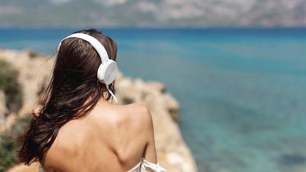 Junge frau des brunette, die musik hört Kostenlose Fotos