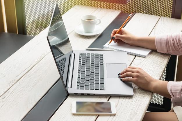 Junge frau, die am laptop arbeitet und schreibt Premium Fotos