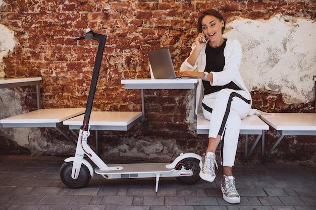 Junge frau, die an laptop in einem café arbeitet Kostenlose Fotos