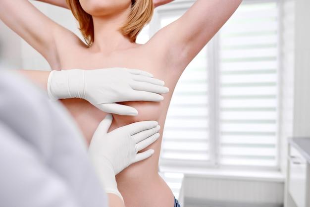 Junge frau, die brustuntersuchung am krankenhaus erhält Premium Fotos