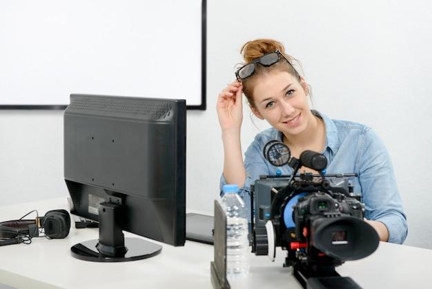 Junge frau, die computer für die videobearbeitung verwendet Premium Fotos