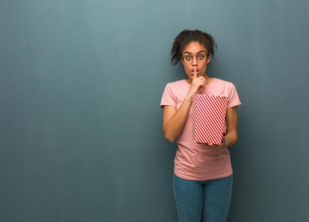 Junge frau, die ein geheimnis hält oder um stille bittet. Premium Fotos