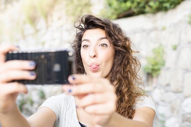 Junge frau, die ein selfie nimmt Kostenlose Fotos