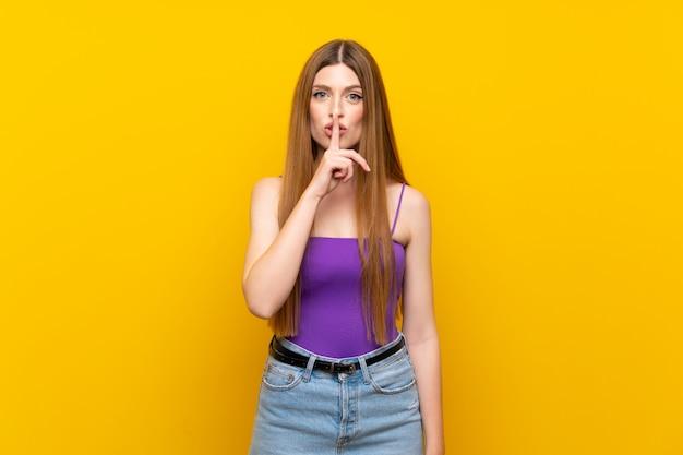 Junge frau, die ein zeichen der ruhegeste einsetzt finger in mund zeigt Premium Fotos