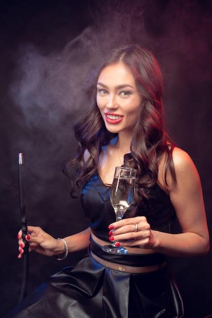 Junge frau, die eine huka raucht Premium Fotos