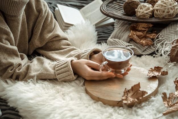 Junge frau, die eine tasse tee hält Kostenlose Fotos