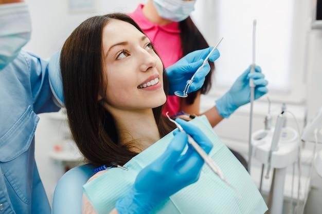 Junge frau, die eine zahnärztliche behandlung an der klinik mit Kostenlose Fotos