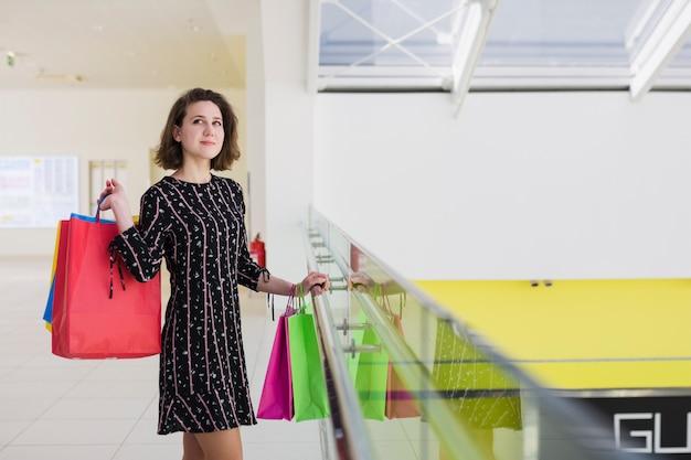 Junge frau, die einkaufstaschen hält Kostenlose Fotos
