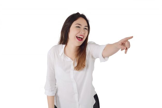 Junge frau, die etwas awa lacht und zeigt Premium Fotos