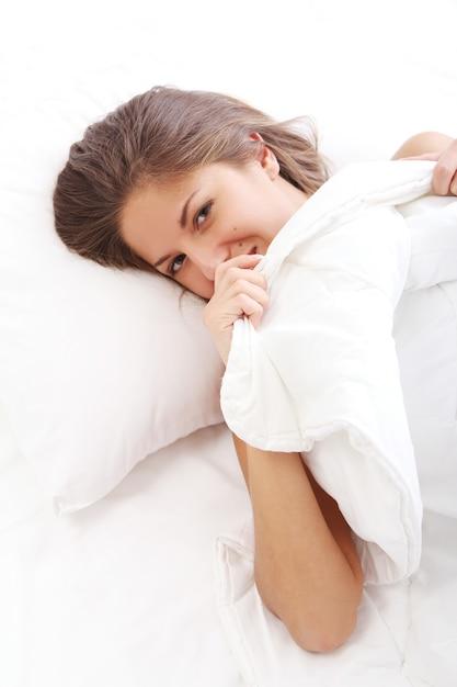 Junge Brünette Masturbiert In Ihrem Bett