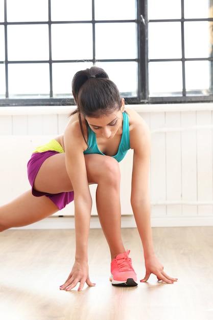 Junge frau, die im fitnessstudio trainiert Kostenlose Fotos