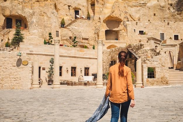 Junge frau, die im türkischen urgup-dorf reist Premium Fotos