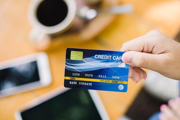 Junge frau, die mit kreditkarte für café zahlt Premium Fotos