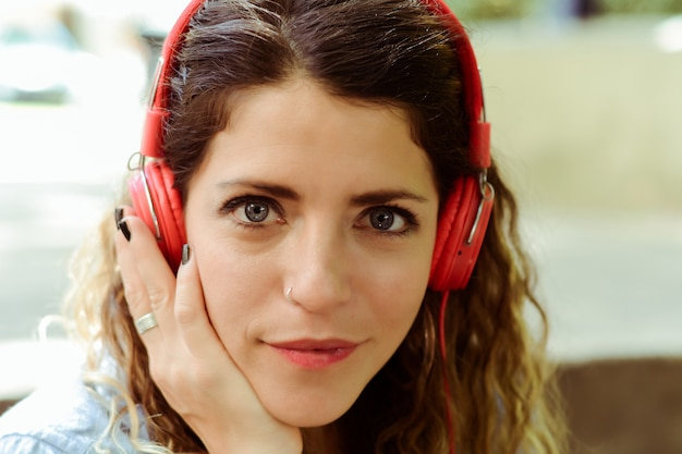 Junge frau, die musik mit kopfhörern hört. Premium Fotos