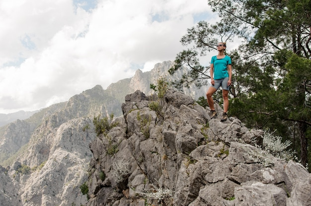 Junge frau, die oben auf dem berg aufwirft Premium Fotos