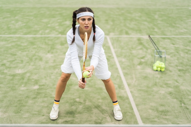 Junge frau, die tennis spielt Kostenlose Fotos