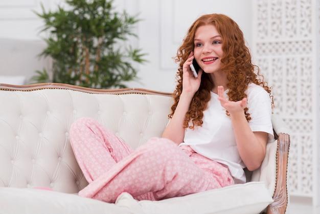 Junge frau, die über telefon spricht Kostenlose Fotos