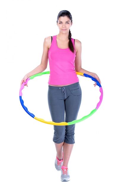 Junge frau, die übungen mit hula band tut. Premium Fotos