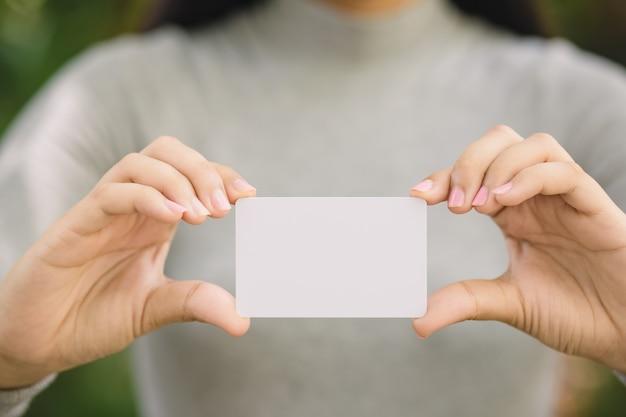 Junge frau, die unbelegte kreditkarte anhält Premium Fotos