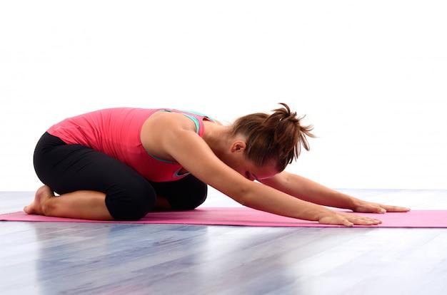 Junge frau, die yoga tut Premium Fotos